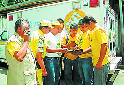 Sin tregua. Eduardo Mayén, left, meets with his friend comandos at the
