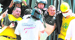 Rescuers spared no efforts to rescue the injured policemen. In the image, they are removing the riot police out of harms way and towards medical care.. Foto: EDH