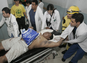 Comandos y Doctores atendiendo a las victimas.