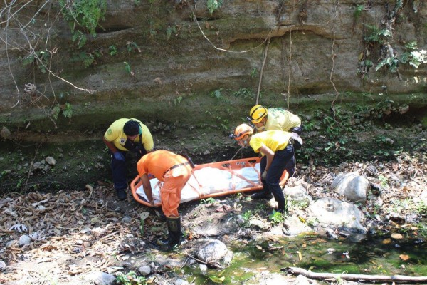 Edgar Jhonny Ramos y Oreos Comandos recuperando el cadaver.
