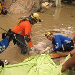 Roberto Cruz, de Comandos de Salvamento con Otro de USAR El Salvador recuperando víctima del terremoto en Ecuador.