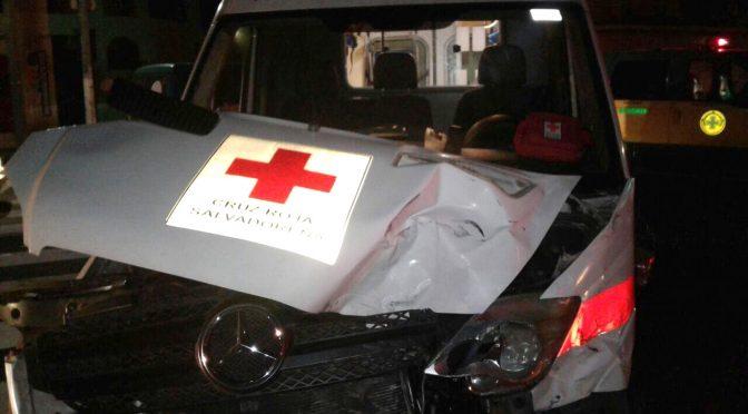 SOCORRISTAS DE CRUZ ROJA SUFREN ACCIDENTE DE TRANSITO