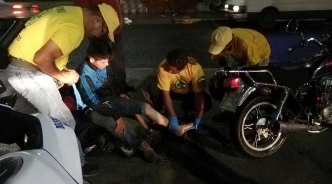COMANDOS AUXILIA A MOTOCICLISTAS ACCIDENTADOS