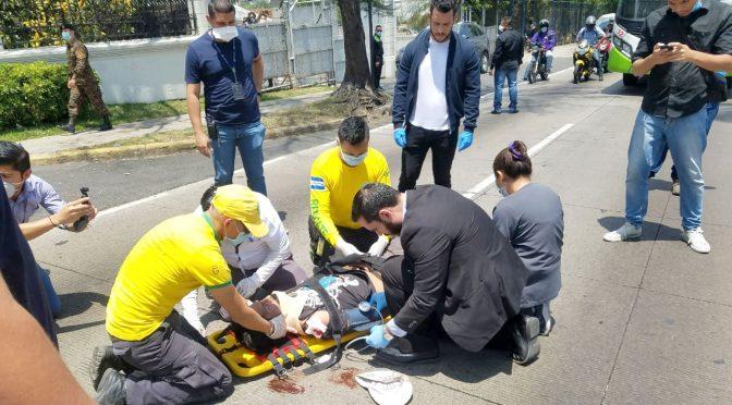 VICE MINISTRO DE SALUD Y COMANDOS AUXILIAN A ATROPELLADO
